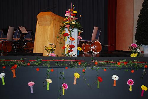 Mit Blumen dekorierte Bühne