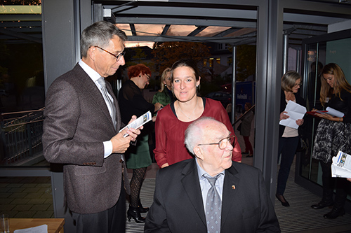 Hans Wolf (Ehrenvorsitzender) mit Enkelin S. Kaltenhäuser und W. Köhl in der Tür (2. Vorsitzender)