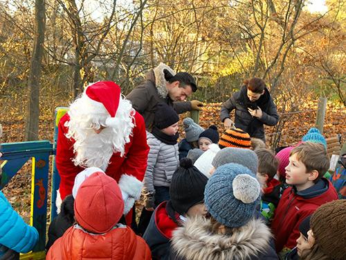 Nikolaus verteilt Geschenke.