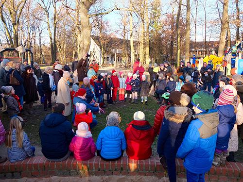 Schüler der Gebrüder-Grimm-Schule singen und musizieren.
