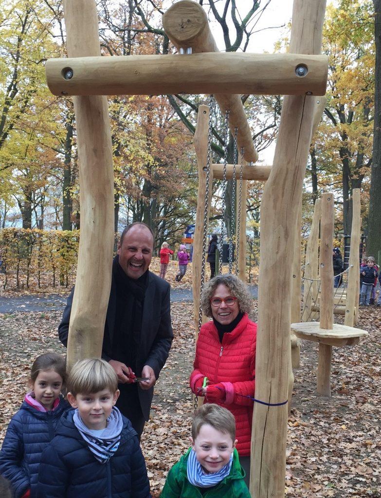Annette Gröschner und Bürgermeister Christian Vogel weihten mit vielen begeisterten Kindern den Balancier-Parcours ein