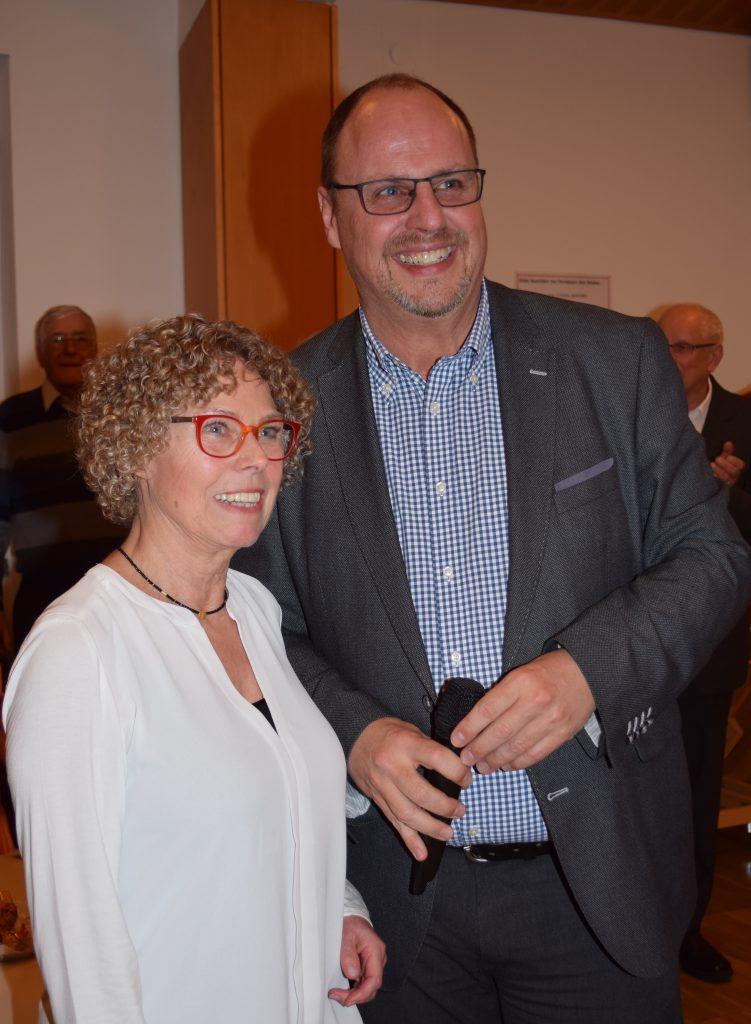 Bürgermeister Christian Vogel dankt Annette Gröschner für die 18 Jahre Ehrenamt zum Wohl der beiden Stadtteile St. Jobst und Erlenstegen