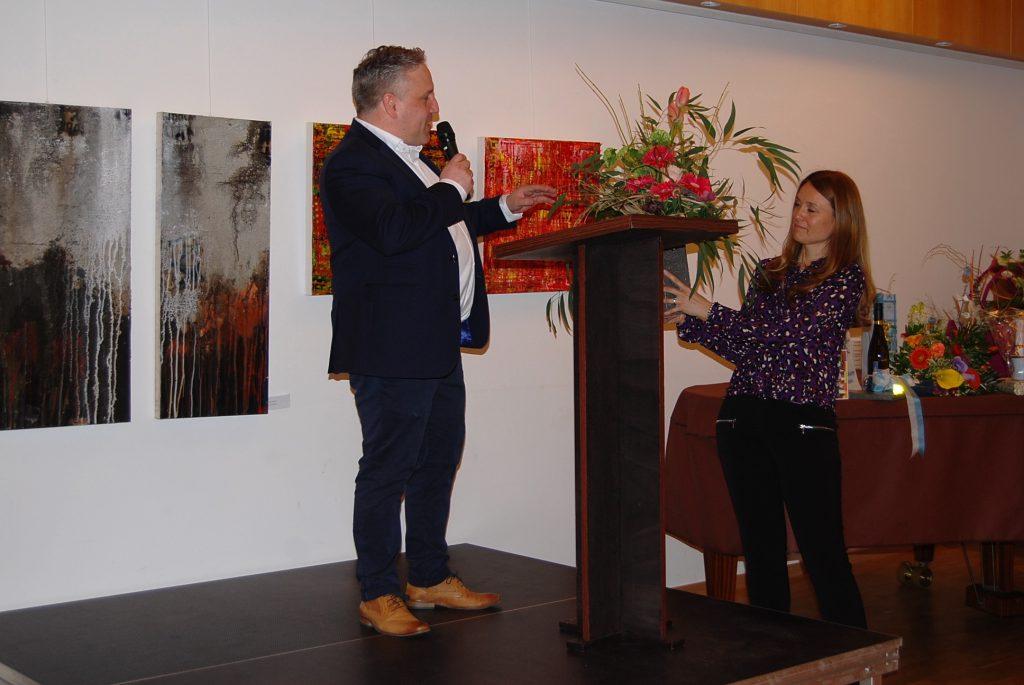 Jörg Brunner (1. Vorsitzender) und Anja Schäfer (2. Vorsitzende) danken Frau Gröschner mit Blumen