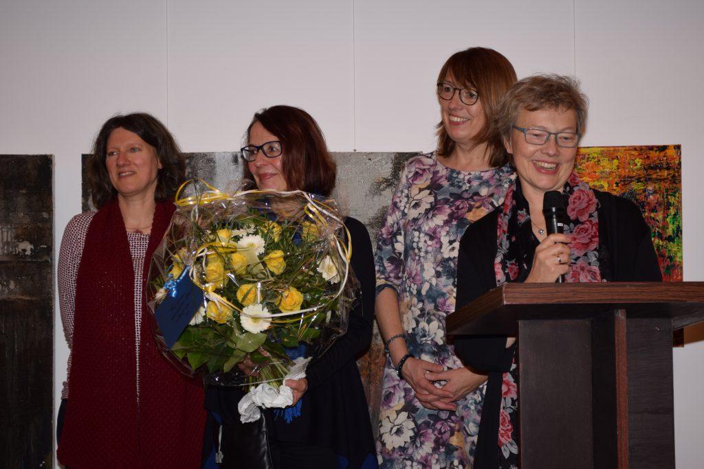 Pfarrerin Silvia Jühne bei ihrem Grußwort mit den Kindergartenleiterinnen Rita Brinkjans und Petra Scheib und der Koordinatorin des Seniorennetzwerks Antje Keller
